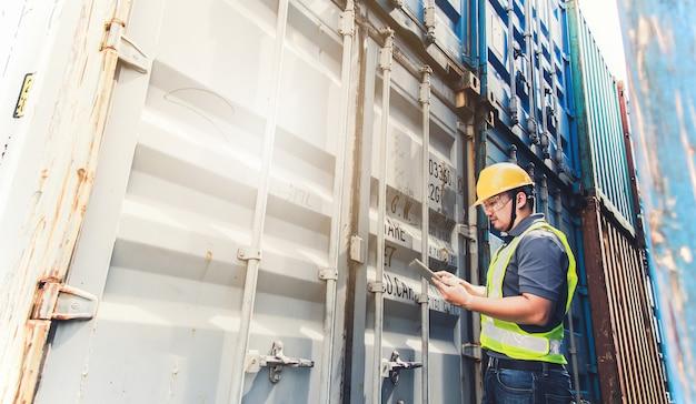 Ingeniero inspeccionar contenedor. concepto de logística empresarial, concepto de importación y exportación.