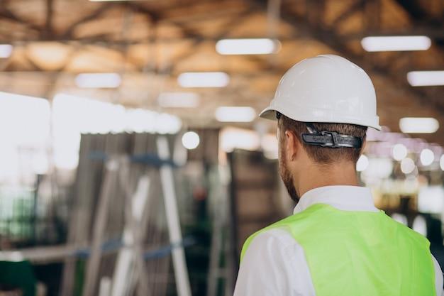 Ingeniero joven trabajando en fábrica