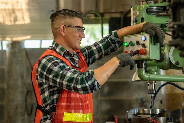 Ingeniero mecánico trabajando en máquinas en fábrica.