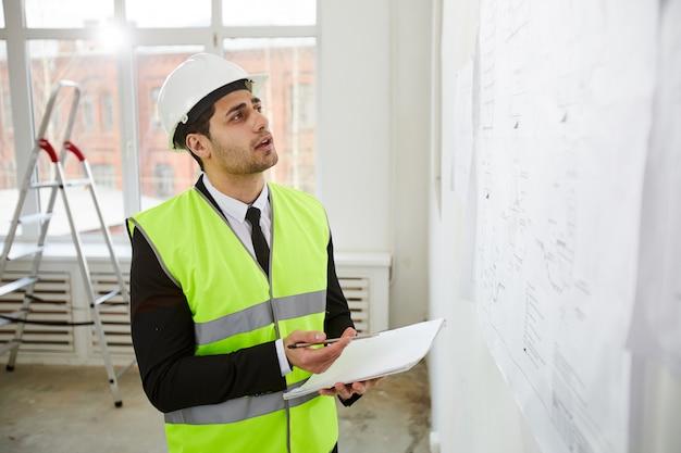 Ingeniero del medio oriente que inspecciona el sitio