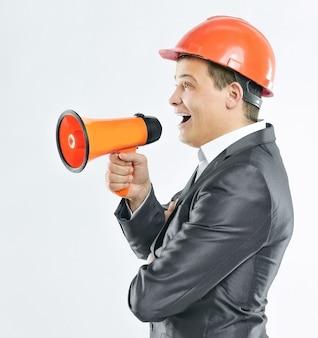 Ingeniero con un megáfono