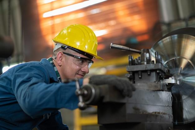 Ingeniero metalúrgico producto operativo para prototipo en una fábrica industrial