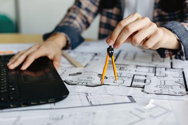 Ingeniero mide la brújula del dibujo
