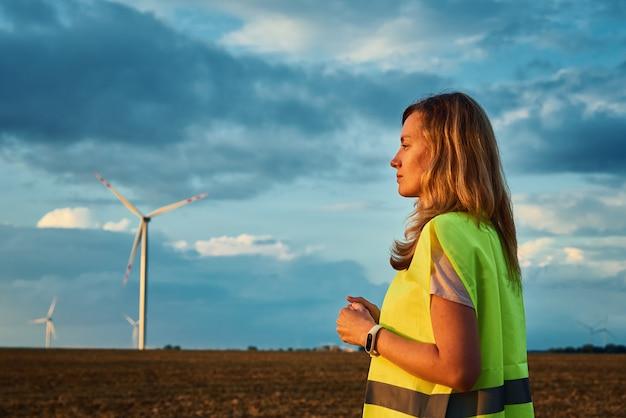 Ingeniero mira turbina eólica en el campo
