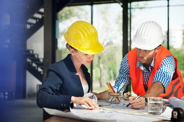 Ingeniero de la mujer en la construcción del sitio