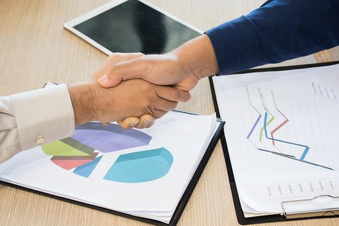 Ingeniero o arquitecto y hombre de negocios dándose la mano para el trabajo en equipo.