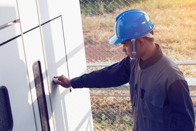 Ingeniero o electricista que comprueba el estado intensifica el alto voltaje del transformador