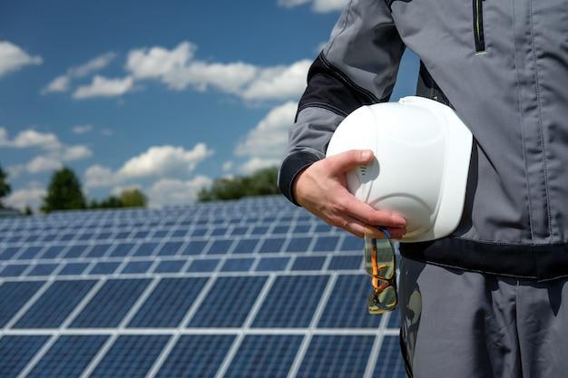 Ingeniero de paneles solares en barrica blanca
