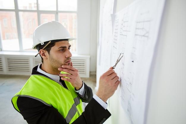 Ingeniero pensando en planes