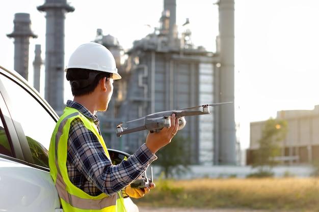 Ingeniero preparar encuesta de aeronaves trabajando en central eléctrica