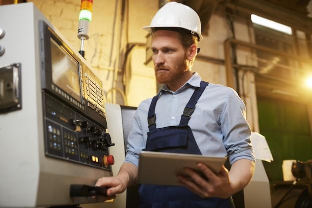 Ingeniero que controla la máquina con tablet pc