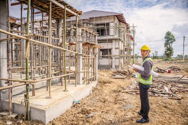 Ingeniero que trabaja en el sitio de construcción