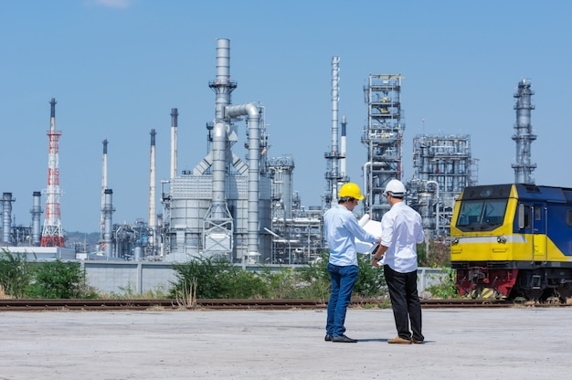 Ingeniero en refinería.