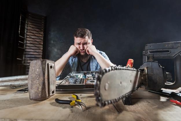 Ingeniero repara portátil, reparador repara problema