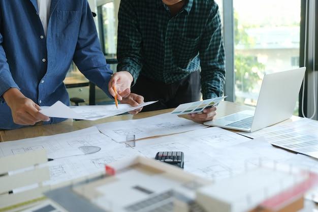 Ingeniero reunion para proyecto arquitectonico