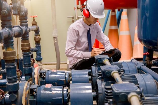 Ingeniero revisando la bomba de agua del condensador.