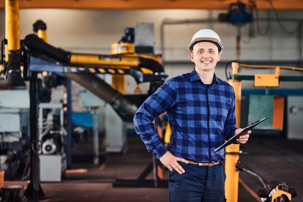 Ingeniero de sexo masculino en una fábrica industrial