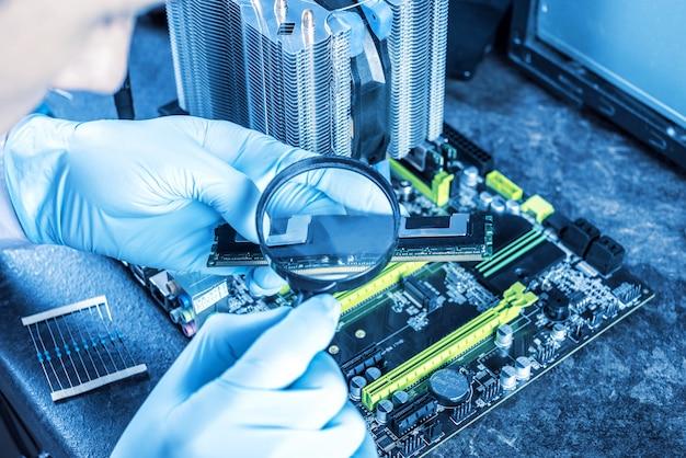 Ingeniero técnico de computadoras con guantes en las manos está revisando la falla.