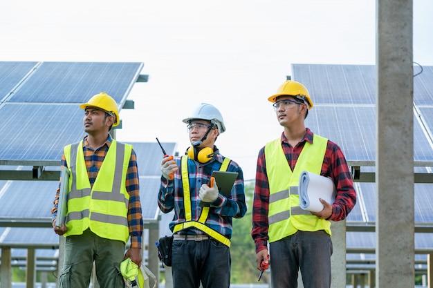 Ingeniero y técnico plan de discusión para encontrar el problema del panel solar, ingeniero trabajando en la verificación y mantenimiento en la planta de energía solar, planta de energía solar para la innovación de energía verde para la vida.