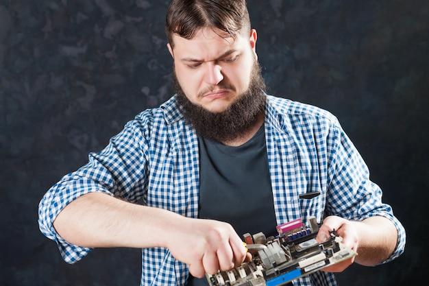 Ingeniero técnico reparar placa base de pc. reparador hace diagnóstico de componentes electrónicos