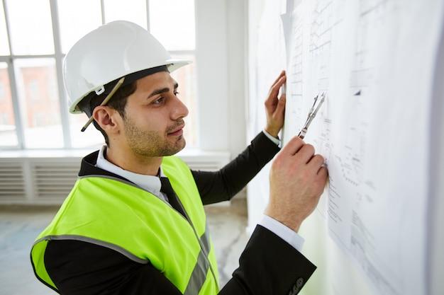 Ingeniero tomando medidas