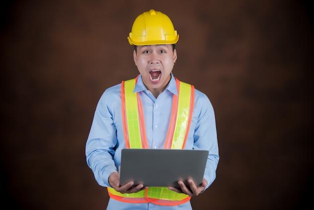 Ingeniero, trabajador de la construcción asustado en shock