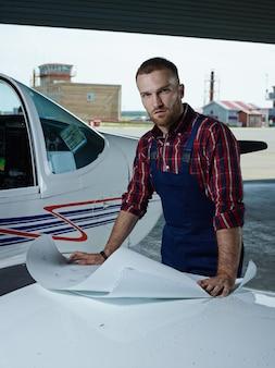 Ingeniero trabajando con un avión
