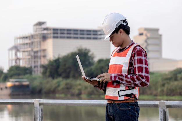 El ingeniero está trabajando en la construcción de los planes del sitio para construir edificios de gran altura. ingeniero de construcción de concepto.