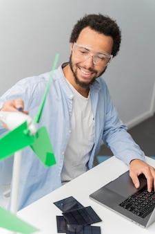 Ingeniero trabajando en innovaciones energéticas