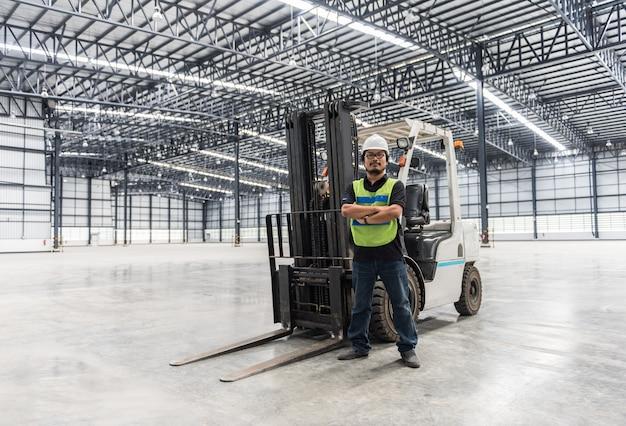 Ingeniero trabajando y de pie en almacén
