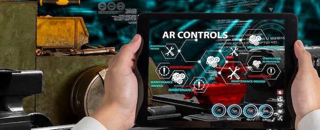 Ingeniero utiliza software de realidad aumentada en la línea de producción de fábrica inteligente
