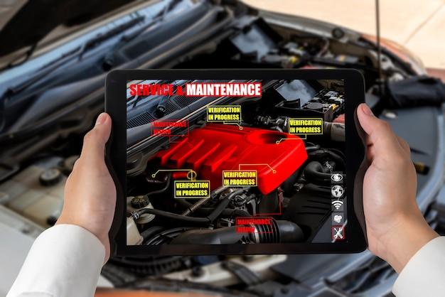 El ingeniero utiliza un software de realidad aumentada para monitorear partes del vehículo.