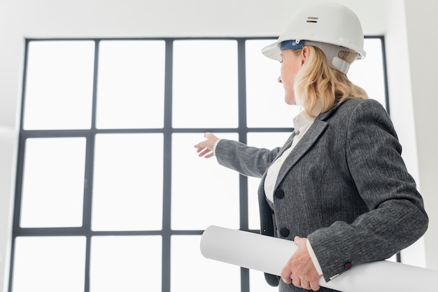 Ingeniero de vista lateral con planos