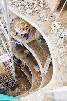 Ingenieros civiles discutiendo blueprint