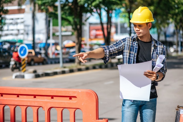 Los ingenieros civiles trabajan de acuerdo con las condiciones del camino y tienen barreras.