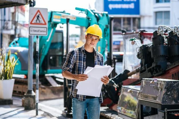 Los ingenieros civiles trabajan en grandes condiciones de carreteras y maquinaria.