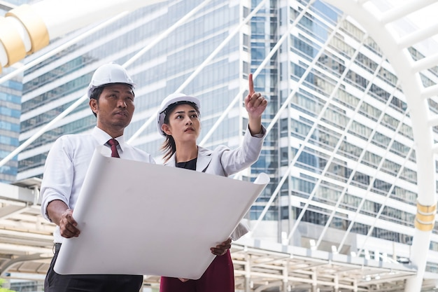 Ingenieros constructores revisando el sitio de construcción