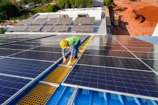 Los ingenieros están examinando paneles solares en una instalación en una planta de energía donde los paneles solares se instalan utilizando energía solar.
