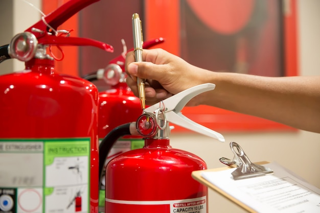 Los ingenieros están revisando los extintores de incendios.