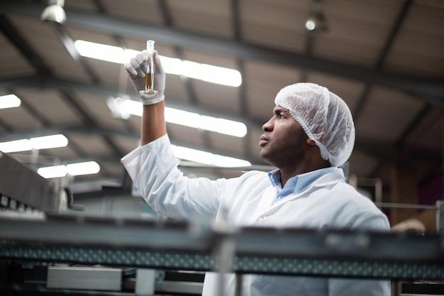 Ingenieros de fábrica revisando una muestra de bebida