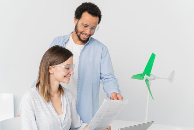 Ingenieros que trabajan en innovaciones energéticas