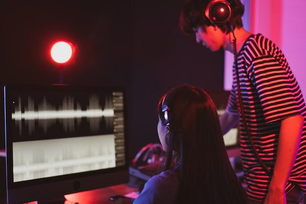 Ingenieros de sonido que trabajan con la grabación de sonido digital en el estudio.