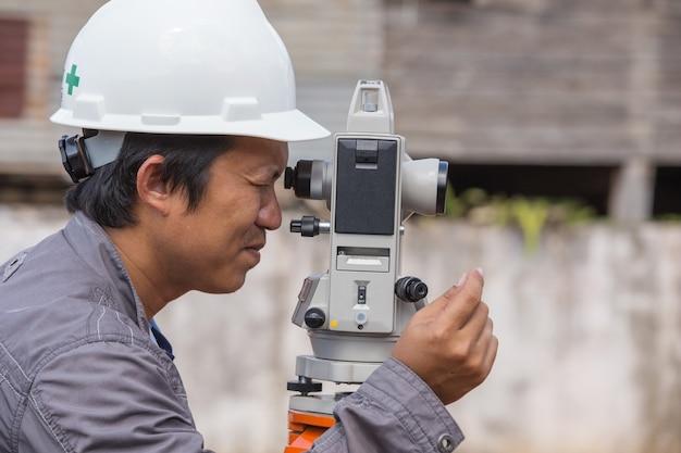 Los ingenieros usan taquímetro o teodolito para columnas de líneas topográficas para la construcción