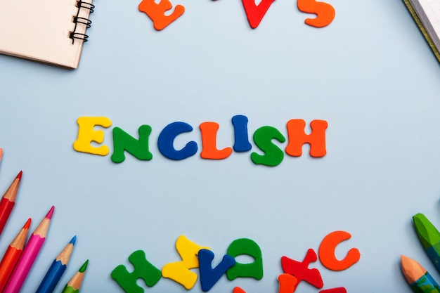Inglés de la palabra de letras de colores. aprender un nuevo concepto de idioma
