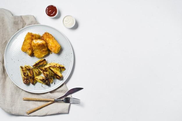 Inglés tradicional de pescado y patatas fritas.