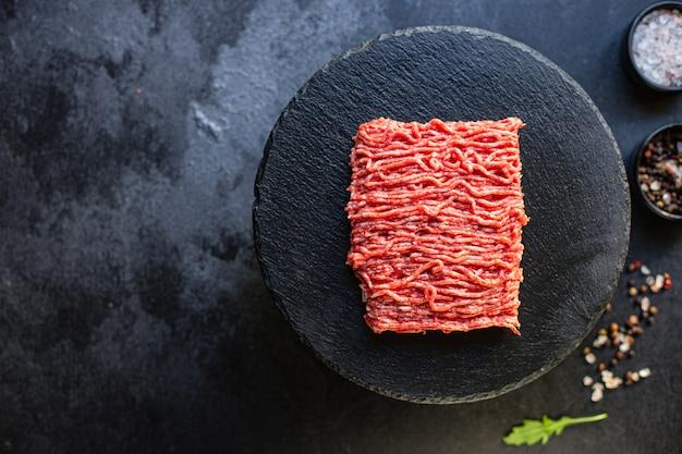 Ingrediente de comida picadora de carne picada fresca sobre la mesa