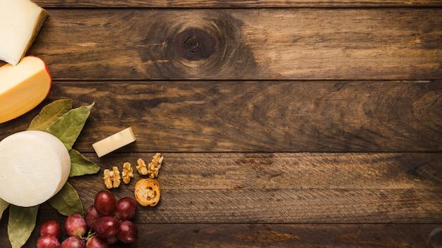 Ingrediente del desayuno saludable sobre fondo de madera grunge