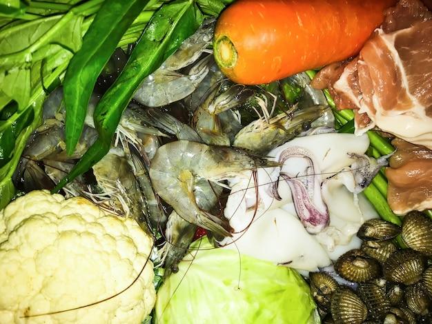 Ingrediente fresco de shabu o suki como sigue camarones