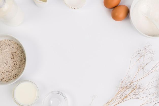 Ingrediente para hornear en fama circular sobre fondo blanco