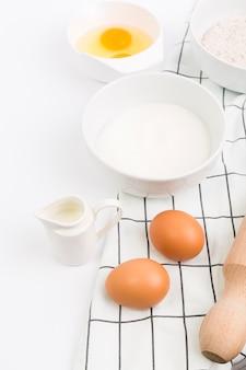 Ingrediente para hornear fresco crudo en superficie blanca
